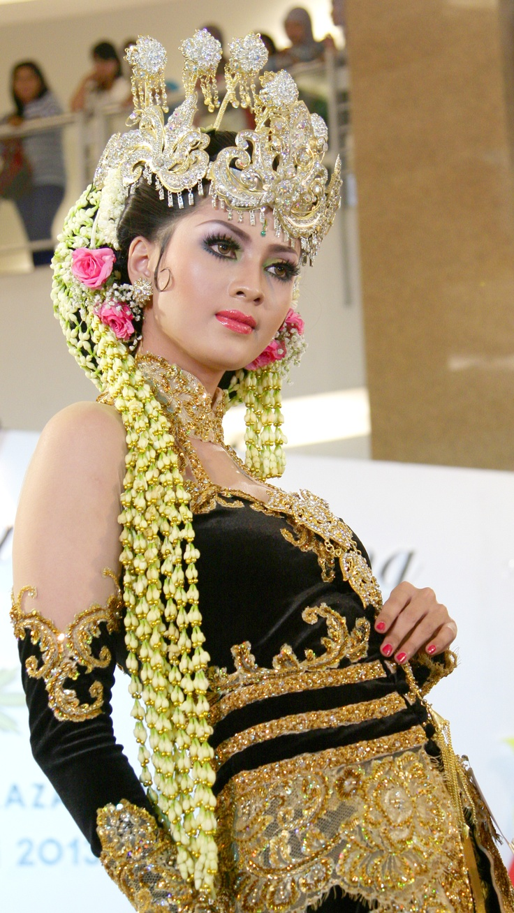 Javanese Traditional Bride Gown.  Taken during Traditional Wedding Festival in Surabaya, June, 6-9 2013