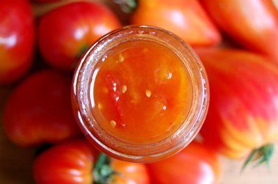 Jam-van-tomaten-en-rode-pepertjes:      800 gram tomaat     400 gram geleisuiker     5 sterretjes anijs     2 rode pepers     1 citroen
