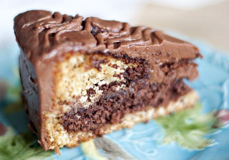 Her er oppskriften på verdens beste sjokoladekake, nemlig Tropisk Aroma! Stappfull av smak, og med masse god glasur, er dette en sikker vinner på kakebordet. Oppskrift og bilde er hentet fra Det norske kakebordet av Hege Norman-Stormbringer og Anna-Ma Olsson på Scibsted Forlag.