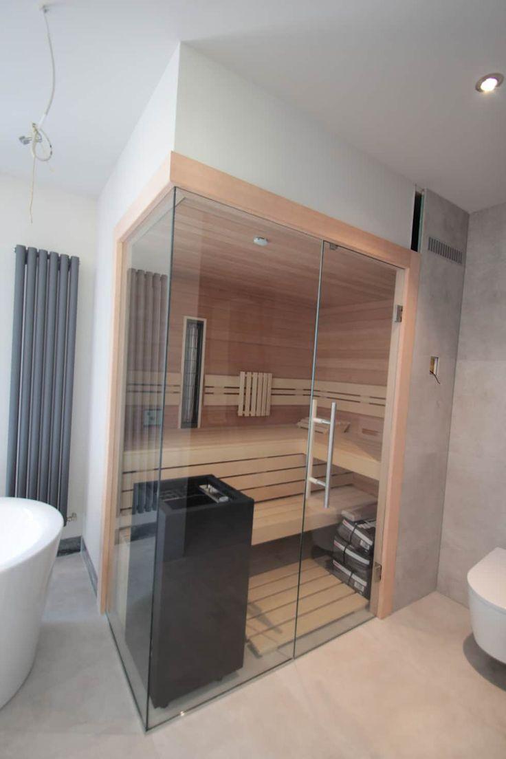 Sauna innen Hemlock, mit Glasecke im Badezimmer: skandinavische Badezimmer von Wellness & More GmbH