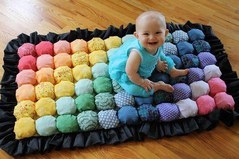 Tapete Acolchoado para Bebê Materiais (para o tamanho feito, cerca de 24 × 44, sem o plissado): 16 cores diferentes de tecido de retalho (se você quiser fazer o arco-íris): 1 metro de tecido de baixa qualidade barato para a base (você não será capaz de vê-los) 1 metro de tecido para o forro (fundo) …
