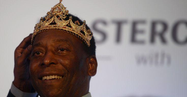 13.out.2015 - Pelé recebe uma coroa dada por fãs de futebol em Calcutá, na Índia. O astro do futebol está em uma visita de três dias à cidade