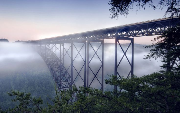 Ponte New River Gorge, sob nevoeiro. Fayettevile, Virgínia Ocidental, nos montes Apalaches, USA.