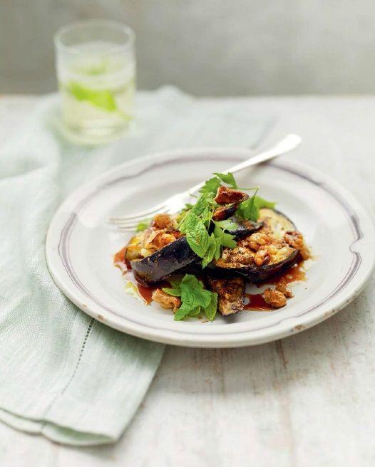 Баклажан — настоящий король овощей в фиолетовой мантии, а этот салат, несомненно, преумножит количество его верноподданных. В традиционном рецепте используется ливанская смесь из молотых специй со жгуче-острым вкусом и насыщенным пряным ароматом – бахарат. Если не найдете такую на рынке, попросите у торговца аналог, так и сказав: для баклажанов. А вместо гранатового сиропа можно взять гранатовый соус наршараб. Если же вам важен не аутентичный стиль, а сама идея, то попробуйте мелко порезать…