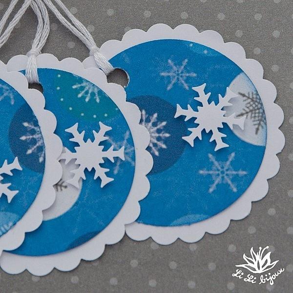 Vánoční cedulky, visačky... 3 ks Vánoční cedulky z kolekce PAPERMANIA jsou vyrobeny z bílé čtvrtky 160 g a kvalitního scrapbookového papíru. Visačky jsou dozdobeny bílými papírovými vločkami. Na zadní straně volné místo pro vepsání textu, přání, poděkování... Velikost visačky je 5 cm a náleží k ní bavlněný provázek bílé barvy.