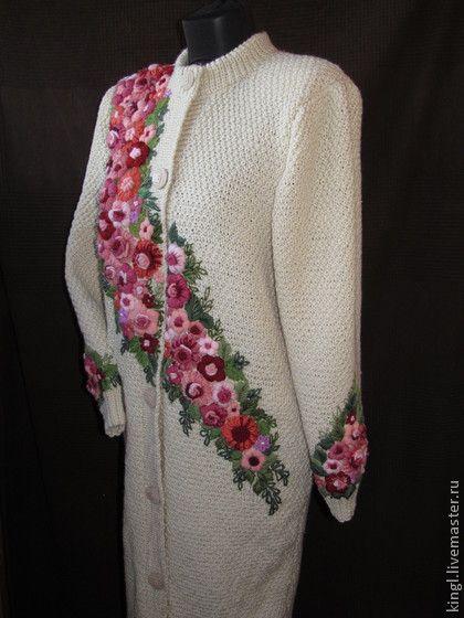 Женский жакет большого размера с ручной вышивкой `Горожанка`. Бежевый женский жакет связан спицами из полушерстяной пряжи и украшен ручной вышивкой .    Можно носить в любое время года - по погоде. Весной и осенью - как легкое пальто , зимой - как самостоятельный   наряд .