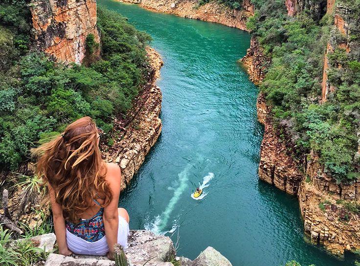 Quem visita Capitólio em Minas Gerais se surpreende com a beleza verde-esmeralda do lago da represa de Furnas, chamado carinhosamente de &qout;Mar de Minas&qout;. Ele é um dos maiores lagos artificiais do mundo com mais de 1400 km2 e é 4 vezes maior que a Baía de Guanabara no Rio de Janeiro. A beleza de s…