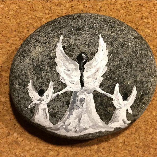 Tidsfordriv  Mangler lidt lak ☺️ #stonepaint #malpåsten #angels #engel #doodle #hobby #relax