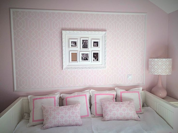 quarto decorado em tons rosa com almofadas candeeiro e papel de parede querido