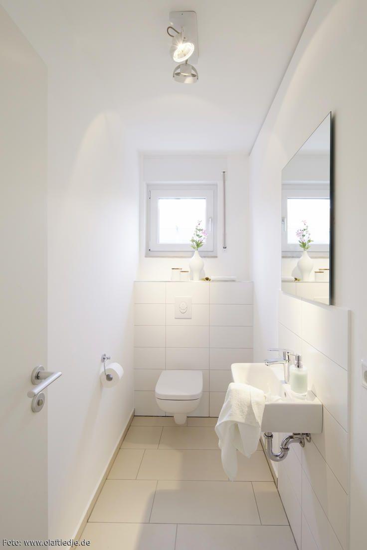 Schmales WC einrichten? Schlicht und hell ist diese Lösung: Helle, große Fliesen, schmales Waschbecken, großer Spiegel. Mehr Fotos? roomido.com! #roomido #gaestewc #interior
