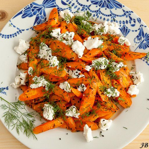 Ingrediënten: - 750 g wortels, diagonaal in plakjes van 2,5 cm dik - olijfolie - 1½ volle eetlepel komijnzaad - versgemalen zwarte peper - sap van 1 citroen (ik gebruikte 3 el) - 3 el heldere honing