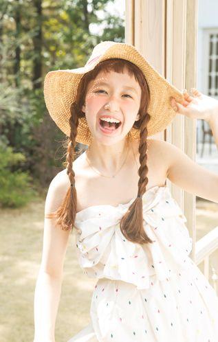 大きめの麦わら帽子には三つ編みのリゾートスタイル♡帽子に合うヘアアレンジ♬