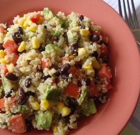 Ensalada de judías negras, quinoa y vegetales. Receta saludable