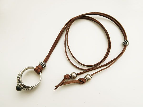 長さの調整できるリングを通した革紐ネックレスの作り方