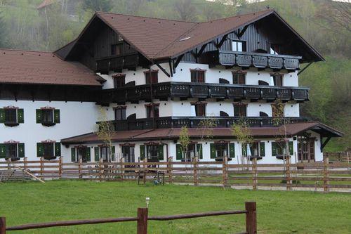 Brandeberg din Bran se numără printre cele mai spectaculoase pensiuni din România, construcţia sa fiind inspirată de stilul arhitectonic aus...