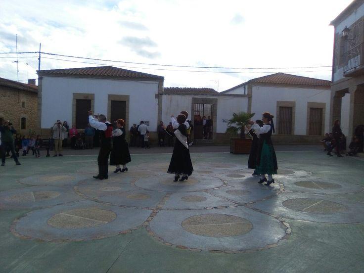 Jota charra en las fiestas de las Madrinas en bogajo Salamanca. Con esto quiero enseñar a los niños la importancia de los bailes tradicionales😃