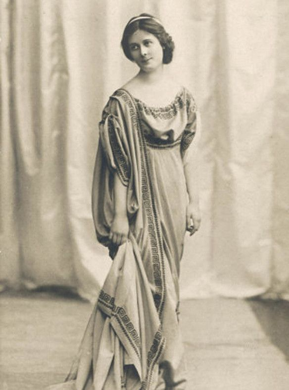 [Grèce en vogue: A New Wave of American Philhellenism in the 1920s].  Isadora Duncan with ancient Greek attire