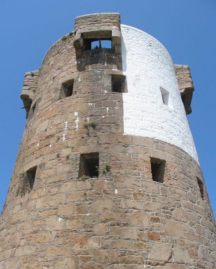 Antiga torre redonda Le Hocq, localizada na freguesia de São Clemente, ilha de Jersey, Ilhas do Canal, Grã Bretanha.  Fotografia: Man vyi.