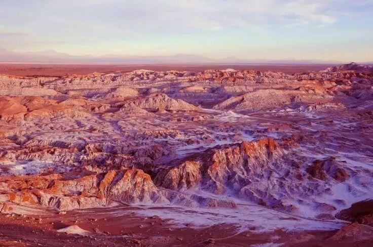Valle de la muerte – Chile  Si bien los géiseres son la atracción principal de San Pedro de Atacama, en Chile, en los alrededores de ese pequeño pueblo hay una infinidad de paisajes sumamente distintos entre sí y diferentes a lo que pueda encontrarse en cualquier otra parte del planeta. Entre ellos, el Valle de la Muerte. ¡Impresionante!