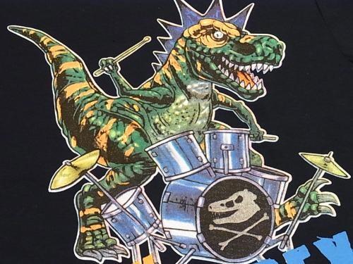 モヒカン恐竜のTシャツ  【表記サイズ】&実寸  【 2T 】着丈:40cm 肩幅:27cm 身幅:30cm     素材:Cotton100%  販売価格:¥2,520 (税込)