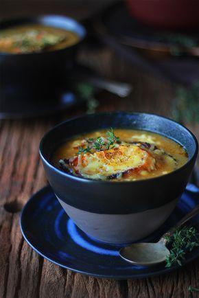 Sopa de cebola francesa igual de restaurante. Coberta com torrada e queijo derretendo, essa é uma receita simples e que todo mundo adora. Deliciosa!