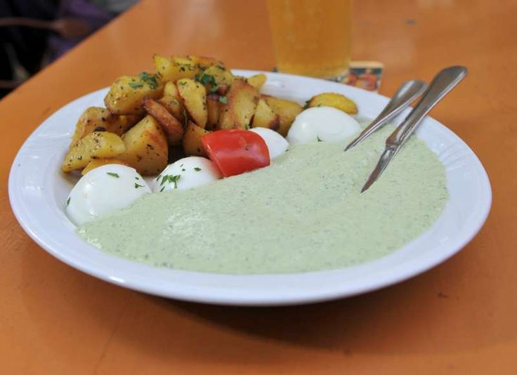 """Das schmeckt: Frankfurts kulinarisches Aushängeschild bekommt seinen eigenen Feiertag. Zum ersten """"Grüne-Soße-Tag"""" am 22. Juni sind Konzerte, Koch-Shows und Partys an verschiedenen Orten in der Stadt geplant."""