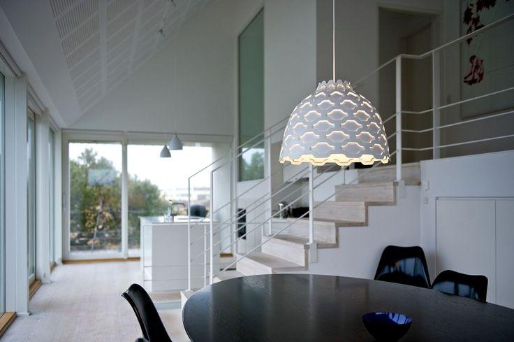 Stilren design från danska Louis Poulsen där enkelheten gör stilen. Lampas skärm ger ett behagligt nedåtriktat sken. https://buff.ly/2yneiUY?utm_content=buffer09eb0&utm_medium=social&utm_source=pinterest.com&utm_campaign=buffer