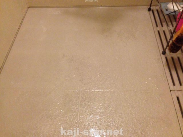 お風呂の床掃除 黒ずみ 茶色 黄ばみ 水垢 汚れの4つの落とし方 風呂そうじ 床掃除 風呂