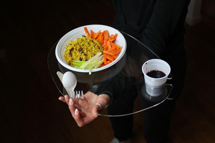 POLLICINO Vassoio porta piatto per pasti in piedi, nella variante in plexiglas trasparente. www.futility.it