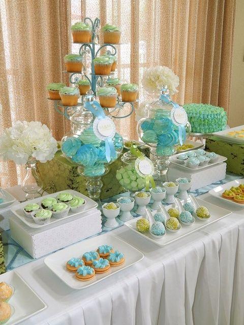 Blanco, azul cielo y verde menta siempre es una linda paleta para un bautizo de niño. Incluir gris o plateado en esta paleta resulta muy bien!