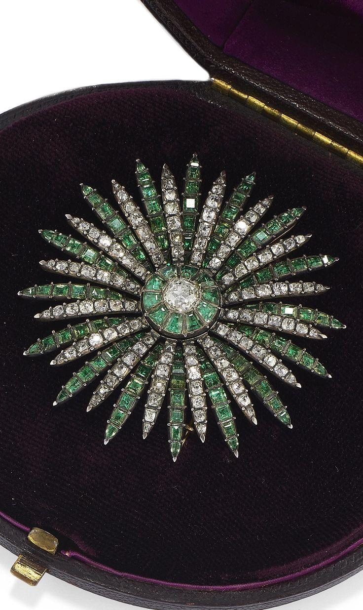 AN ANTIQUE GOLD, SILVER, EMERALD AND DIAMOND BROOCH, 18TH CENTURY.