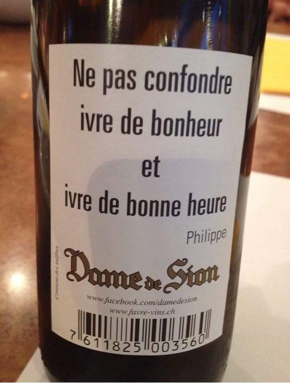 Jolie sur une bouteille de vin.
