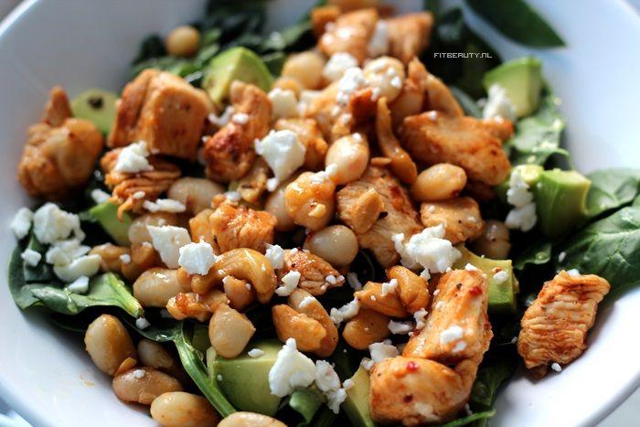 kip, lima bonen, spinazie, avocado, geitenkaas, honing en cashewnoten