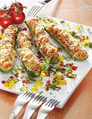 Gefüllte Zucchini                              -                                  Überbackene Zucchinihälften mit Couscous gefüllt