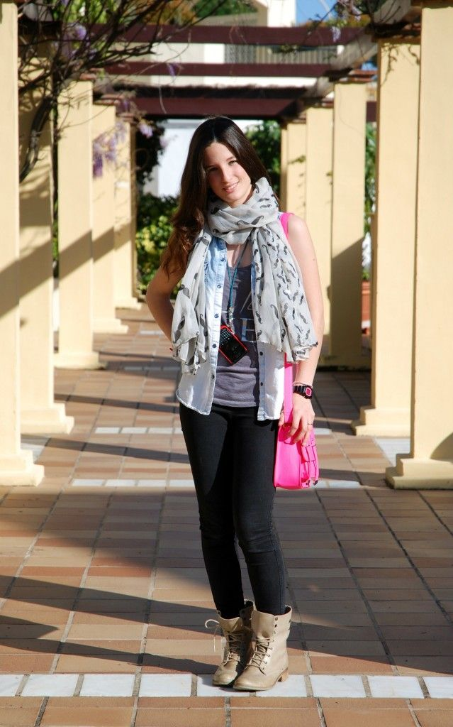 Look with my favourite hanky with moustages Look con mi pañuelo favorito de mostachos