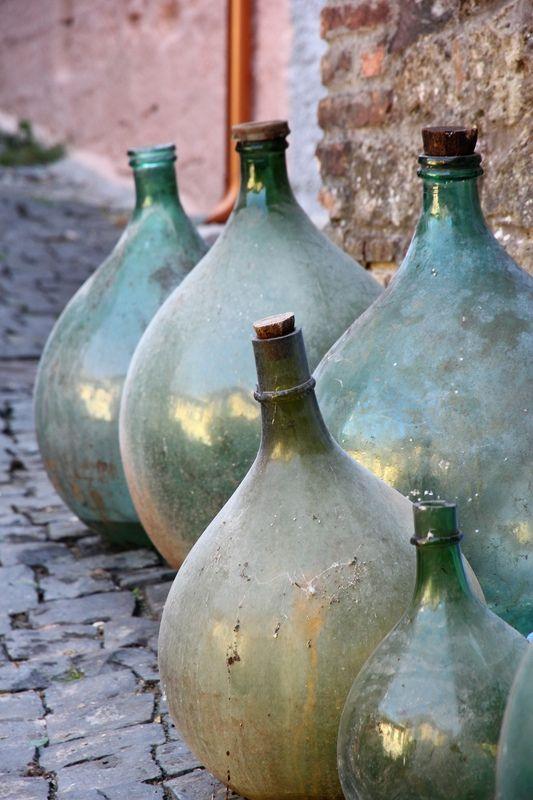 https://flic.kr/p/aziN5H | Sara' il caso di iniziare a rispolverarle... | L'Italia e' il maggior consumatore al mondo di acqua in bottiglia. La stragrande maggioranza delle bottiglie d'acqua sono di plastica. Plastica che dopo l'uso viene gettata. Se riciclata la plastica puo' essere riutilizzata, tuttavia il riciclo richiede dispendio di energia (che essendo principalmente prodotta da fonti combustibili genera rilascio di anidride carbonica). Non sarebbe meglio utilizzare e rispolverare le…