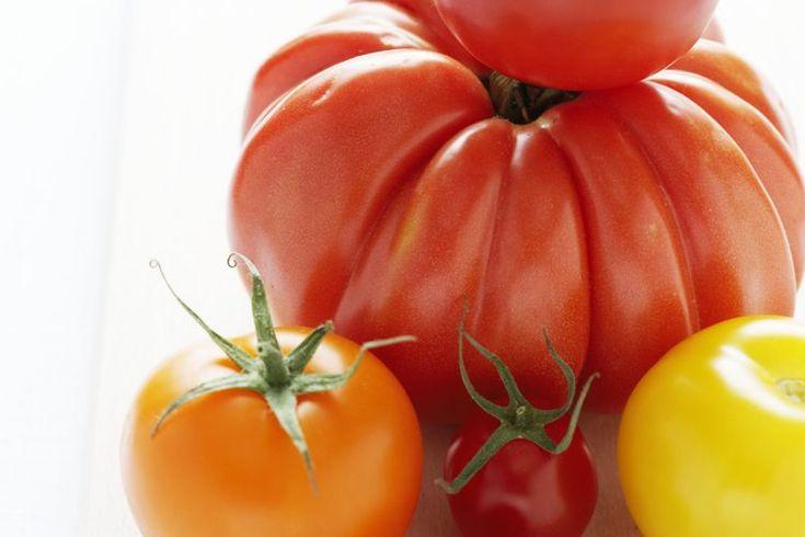 Vitaminas y minerales que puedes obtener del tomate. Si bien muchos consideran que el tomate es una verdura, técnicamente se trata de una fruta. La mejor descripción de los tomates es que son diversos, con respecto a su color, sabor, uso y nutrientes. Los tomates pueden ser rojos, naranja, ...