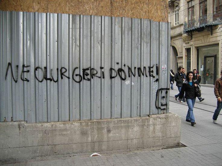 """Ne olur geri dönme!"" #ne #olur #geri #dönme #neolurgeridönme #istikalcaddesi #istanbul #duvaryazilari #thewall #sokaktahayatvar #foto #fotoğraf #photography #photography #photographer #sanat #art #instagram http://turkrazzi.com/ipost/1518161563516100860/?code=BURl-YBB2D8"