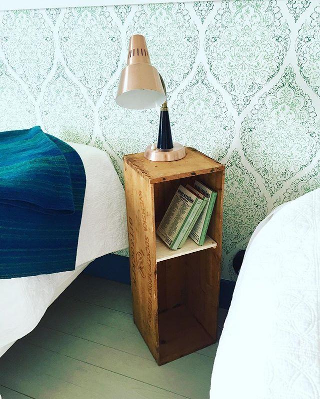 Hur fina är inte gamla sockerlådor! Här en gammal sockerlåda, som vi hittade på logen och satte dit en hylla i. Perfekt som nattduksbord. Lampan är ett loppisfynd:) #lantligt#nattduksbord#gördetsjälv#inredningsinspiration#interiordesign#handmade#inredning#retro#sockerlåda#bedsidetable