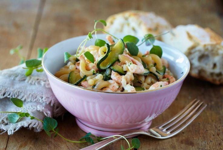 Her har du en oppskrift på pasta blandet med reker, squash og rikelig med hvitløk. Resultatet blir en god, rask og mettende middagsrett.