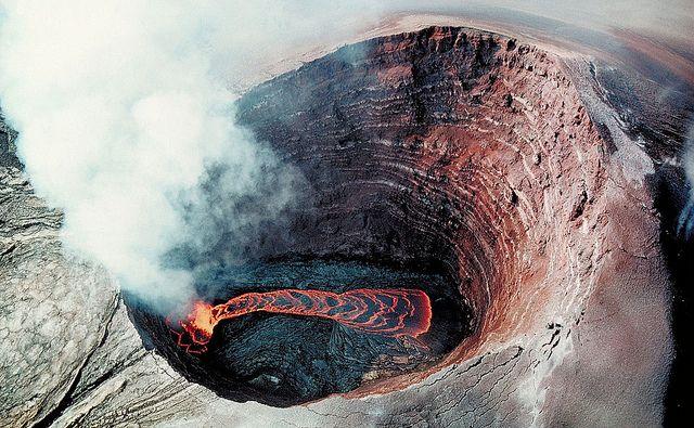 Pu u o o volcano | Pu'u O'o Crater Lava pond - Just 750 feet (250m) wide