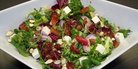 En skøn og frisk salat med rabarber der passer til stort set alle retter. Servér den for dine venner og familie, og du vil blive mere end populær.