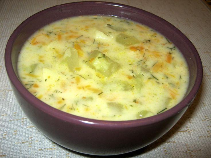 Zupę można zrobić szybciej, używając mrożonej włoszczyzny. 300 g marchewki 100 g korzenia selera 100 g korzenia pietruszki 0,5 małego pora 2 duże ziemniaki 1 kg ogórków (długich sałatkowych) 1 łyżk…