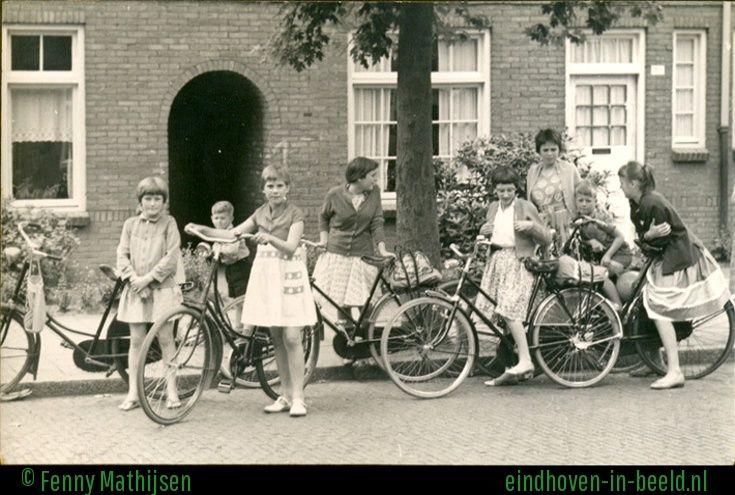 Foto is omstreeks 1960 genomen in de Leeuwenstraat in Tivoli. Vaak gingen we met een groepje kinderen zwemmen in het zwembad De Smelen in Geldrop. We fietsten dan via Riel en Zesgehuchten. Van links naar rechts staan op de foto: Gea Rademaker, Freddie Diks, Mieke Mathijsen, Froukje Kuperus, Lia Verheijke, Fenny Mathijsen, André Verheijke en Marjan de Gruijter.