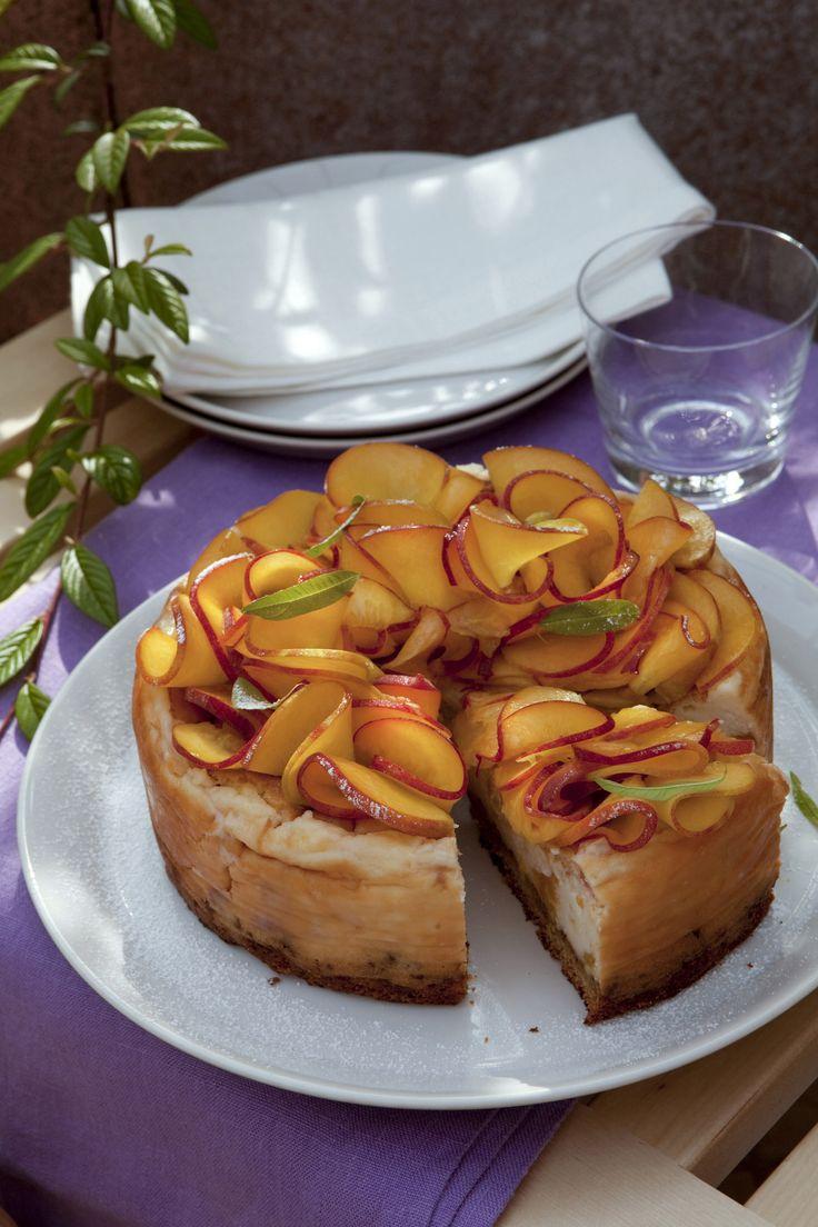 Segui la ricetta della torta di pesche con crema cotta proposta da Sale&Pepe, perfetta per un dessert post cena dal sapore raffinato e gustoso.
