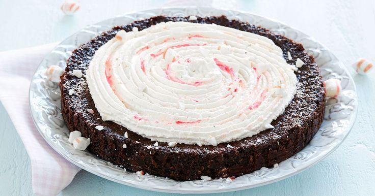 En glutenfri kladdkaka bakad på mandelmjöl som gör kakan ännu godare, både till smak och konsistens. Extra gott blir det med polkagrisar i smeten!