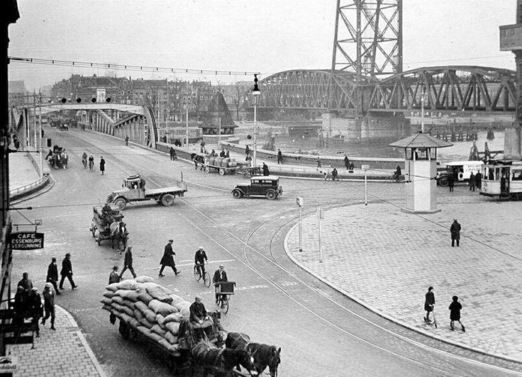 Het Stieltjesplein en de bruggen over de Koningshaven in 1930. De naam komt van Thomas Joannes Stieltjes, 1819-1878, ingenieur en technisch adviseur van de Rotterdamsche Handelsvereeniging. Hij ontwierp de basculebrug over de Binnenhaven en had de leiding van de havenaanleg op Feijenoord. Het Stieltjesplein bestond reeds in 1878, doch ontving eerst later deze naam. De foto is van vanamen.net en de informatie van het gemeentearchief Rotterdam.