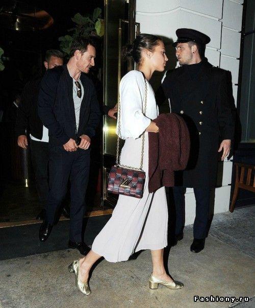 Алисия Викандер  и Майкл Фассбендер покидают ресторан в Лондоне