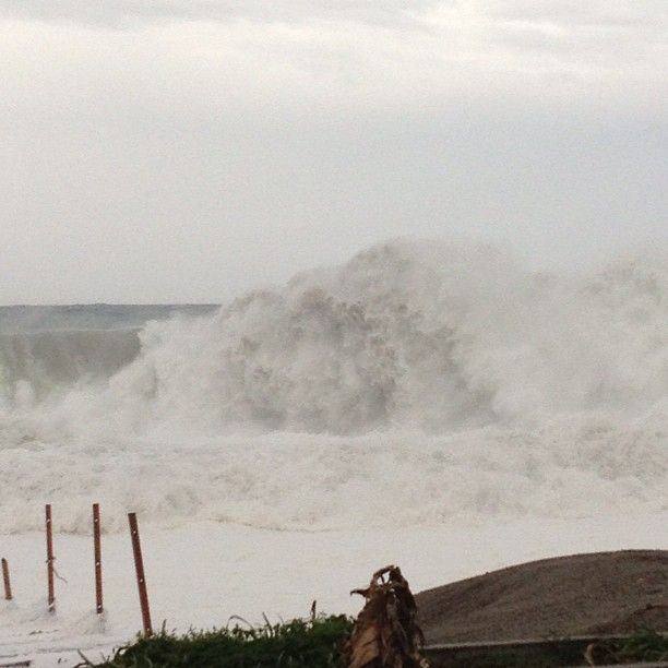 #ciclonecatania Tornado in Sicily - Here some high waves crashing on the beach  #weather #metwit