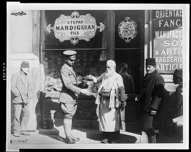İstanbullu esnafın işgalci askere hizmet ederken keyifsizliği yüzünden okunuyor (İşgal yılları)